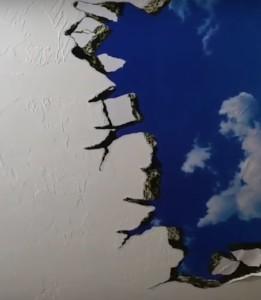 Ett väggklistermärke som skapar hål i taket så att man ser himlen...