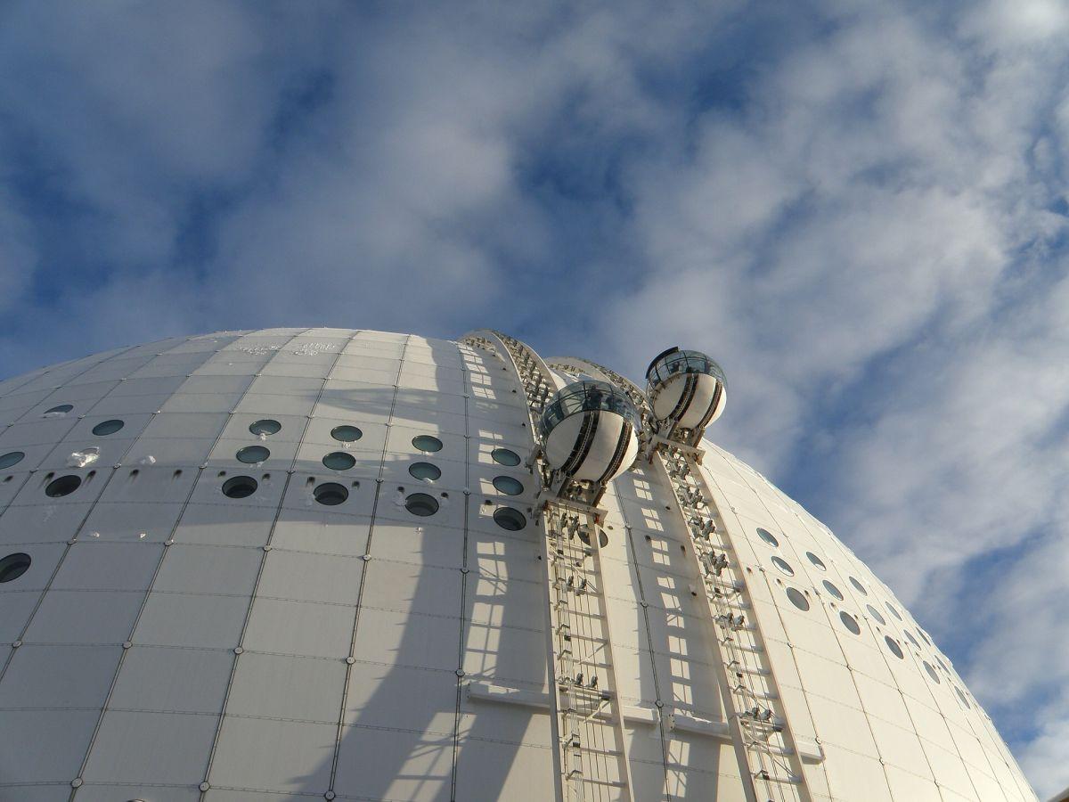 Bor man vid Globen kan man se på utsikten från utsidan av den kända arenan...